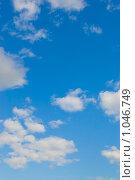 Белые облака в голубом летнем небе. Стоковое фото, фотограф Моисеева Маргарита / Фотобанк Лори