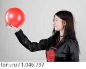 Девушка в восточной одежде держит красный мяч. Стоковое фото, фотограф Леонид Козлов / Фотобанк Лори