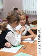 Купить «Две подружки разговаривают в школе за партой», фото № 1046913, снято 20 августа 2009 г. (c) Оксана Гильман / Фотобанк Лори