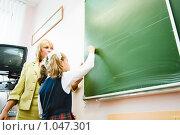 Купить «Преподаватель дает совет ученику», фото № 1047301, снято 20 августа 2009 г. (c) Евгений Захаров / Фотобанк Лори