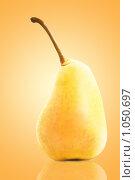 Купить «Спелая желтая груша», фото № 1050697, снято 14 августа 2009 г. (c) Евгений Захаров / Фотобанк Лори