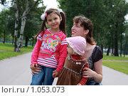 Купить «Молодая мама с двумя маленькими дочками в парке», фото № 1053073, снято 23 августа 2009 г. (c) Наталья Белотелова / Фотобанк Лори