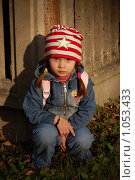 Купить «Девочка у забора в луче заходящего солнца», фото № 1053433, снято 20 августа 2009 г. (c) Никонор Дифотин / Фотобанк Лори