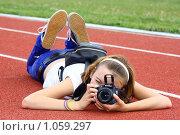 Девушка фотографирует лёжа (2009 год). Редакционное фото, фотограф Хайрятдинов Ринат / Фотобанк Лори