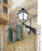 Фонарик около окна дома, Греция, Салоники (2008 год). Стоковое фото, фотограф Мальцева Наталья / Фотобанк Лори