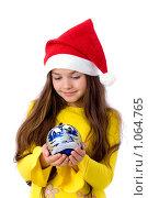 Купить «Девочка в новогоднем колпаке с шариком в руках», фото № 1064765, снято 12 августа 2009 г. (c) Анна Игонина / Фотобанк Лори