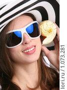 Купить «Красивая девушка с морской раковиной», фото № 1073281, снято 6 мая 2009 г. (c) Astroid / Фотобанк Лори