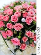 Свадебный букет из миниатюрных розовых роз и белых жемчужинах. Стоковое фото, фотограф Полина Бублик / Фотобанк Лори