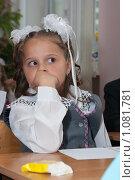 Купить «Задумчивая ученица», фото № 1081781, снято 1 сентября 2009 г. (c) Оксана Гильман / Фотобанк Лори