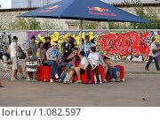 Зрители на выставке граффити (2009 год). Редакционное фото, фотограф Григорий Евсеев / Фотобанк Лори