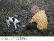 Купить «Мальчик кормит щенка», фото № 1082693, снято 25 июля 2009 г. (c) Григорий Евсеев / Фотобанк Лори
