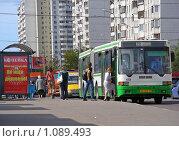 Купить «Посадка пассажиров в автобус», эксклюзивное фото № 1089493, снято 9 сентября 2009 г. (c) lana1501 / Фотобанк Лори