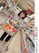 Купить «Молодая девушка в супермаркете делает покупки», фото № 1089541, снято 6 сентября 2009 г. (c) Баевский Дмитрий / Фотобанк Лори