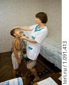 Купить «Врач осматривает мальчика», фото № 1091413, снято 11 июля 2009 г. (c) Константин Бредников / Фотобанк Лори