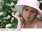 Купить «Девушка в розовой шляпке у куста цветущего жасмина», фото № 1097505, снято 24 июля 2009 г. (c) Георгий Марков / Фотобанк Лори