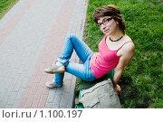 Девушка на скамейке в парке. Стоковое фото, фотограф Хижняк Екатерина / Фотобанк Лори
