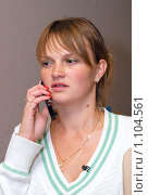 Девушка разговаривает по телефону. Стоковое фото, фотограф Михаил Сметанин / Фотобанк Лори