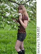 Купить «Длинноволосая девушка у цветущей яблони», фото № 1104857, снято 20 мая 2009 г. (c) Сергей Шумаков / Фотобанк Лори