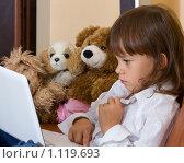 Девочка с ноутбуком и игрушками. Стоковое фото, фотограф Алексей Климков / Фотобанк Лори