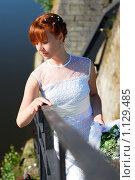 Красивая девушка в белом платье и рыжими волосами стоит у перил лестницы на фоне воды. Стоковое фото, фотограф Полина Бублик / Фотобанк Лори