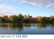Новодевичий пруд осенью, вид на бизнес центры (2009 год). Стоковое фото, фотограф Васильева Татьяна / Фотобанк Лори