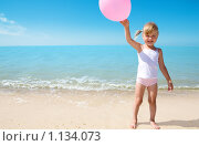 Купить «Девочка на берегу моря», фото № 1134073, снято 20 августа 2009 г. (c) Анатолий Типляшин / Фотобанк Лори
