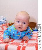 Трехмесячный малыш лежа на животике. Стоковое фото, фотограф Михаил Сметанин / Фотобанк Лори
