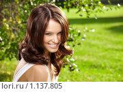 Купить «Очаровательная девушка в парке», фото № 1137805, снято 16 сентября 2009 г. (c) Raev Denis / Фотобанк Лори