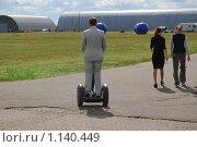 Купить «Человек на электроскутере Segway на авиасалоне МАКС-2009», эксклюзивное фото № 1140449, снято 19 августа 2009 г. (c) Алёшина Оксана / Фотобанк Лори