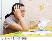 Купить «Женщина с квитанциями на оплату квартиры», фото № 1141869, снято 9 октября 2009 г. (c) Мария Зубарева / Фотобанк Лори