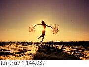 Силуэт подрыгивающей стройной девушки в свете оранжевого солнца. Стоковое фото, фотограф Полина Бублик / Фотобанк Лори