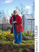Пожилая женщина с лопатой на огороде. Стоковое фото, фотограф Надежда Щур / Фотобанк Лори