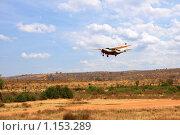 Небольшой самолет над грунтовой взлетно посадочной полосой в африканской саванне. Стоковое фото, фотограф Димитрий Сухов / Фотобанк Лори