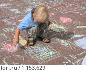 Купить «Ребёнок рисует мелом на асфальте», фото № 1153629, снято 14 июля 2007 г. (c) Елена Носик / Фотобанк Лори