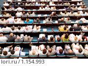Зрительный зал. Множество людей, смотрящих на сцену. Стоковое фото, фотограф Александр Подшивалов / Фотобанк Лори