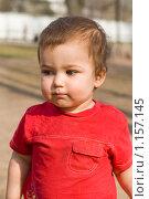 Трогательный мальчик в красной футболке. Стоковое фото, фотограф Лилия Барладян / Фотобанк Лори