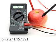 Измерение энергии яблока прибором. Стоковое фото, фотограф Евгений / Фотобанк Лори