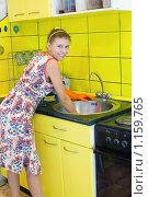 Купить «Женщина моет раковину», фото № 1159765, снято 18 октября 2009 г. (c) Типляшина Евгения / Фотобанк Лори