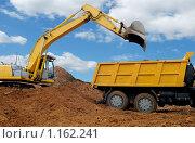 Экскаватор и грузовик. Стоковое фото, фотограф Дмитрий Калиновский / Фотобанк Лори