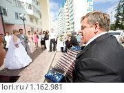 Купить «Гармонист у ЗАГСа», фото № 1162981, снято 8 августа 2008 г. (c) Zelenograd.ru / Фотобанк Лори