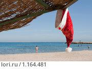 Забытый на заборе колпак Санта-Клауса. Стоковое фото, фотограф Ярослава Синицына / Фотобанк Лори