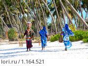 Занзибарские женщины -аборигены на тропическом берегу. Редакционное фото, фотограф Димитрий Сухов / Фотобанк Лори