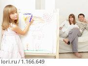 Купить «Девочка, рисующая дом на мольберте», фото № 1166649, снято 5 октября 2009 г. (c) Гладских Татьяна / Фотобанк Лори