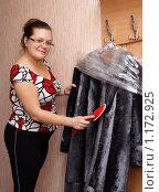 Купить «Женщина чистит шубу», эксклюзивное фото № 1172925, снято 25 октября 2009 г. (c) Мария Зубарева / Фотобанк Лори