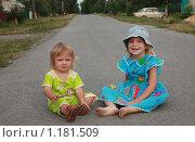 Дети сидят на дороге (2009 год). Редакционное фото, фотограф Ольга Зарубина / Фотобанк Лори