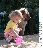 Девочка и собака в песочнице. Стоковое фото, фотограф Ольга Зарубина / Фотобанк Лори
