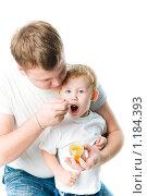 Купить «Папа кормит сына фруктовым пюре», фото № 1184393, снято 24 октября 2009 г. (c) Валерия Потапова / Фотобанк Лори