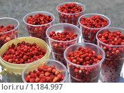 Купить «Лесная земляника в пластиковых стаканчиках», фото № 1184997, снято 8 июля 2009 г. (c) Григорий Погребняк / Фотобанк Лори