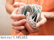 Деньги в руках. Стоковое фото, фотограф Романенко Юлия Игоревна / Фотобанк Лори