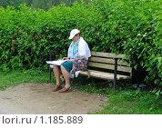Купить «Женщина отдыхает в парке», эксклюзивное фото № 1185889, снято 24 июня 2008 г. (c) lana1501 / Фотобанк Лори